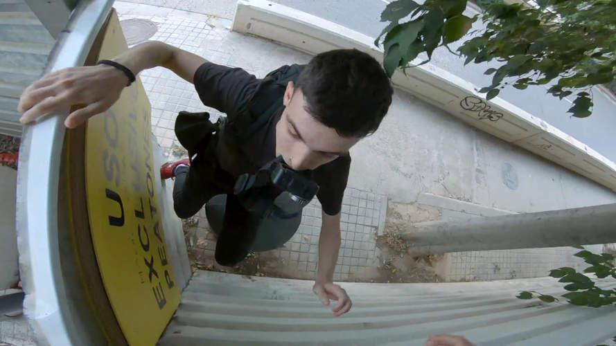 explorador urbano saltando valla