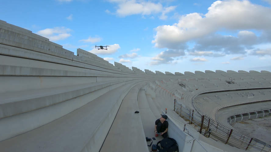 dron despegando en estadio de futbol