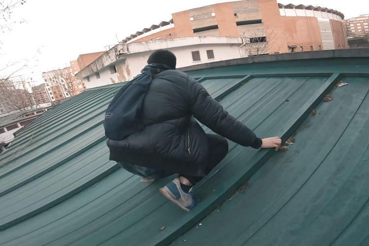 explorador urbano en un tejado