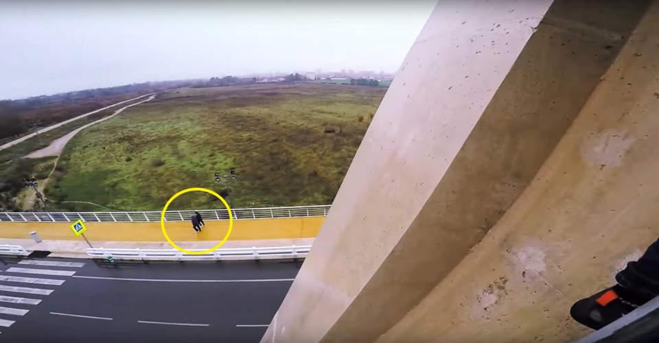 persona caminando por el puente de talavera de la reina