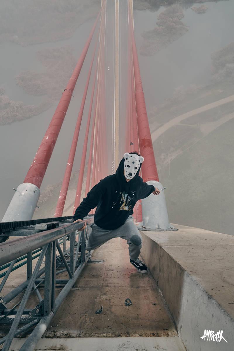 escalan el puente mas alto de españa