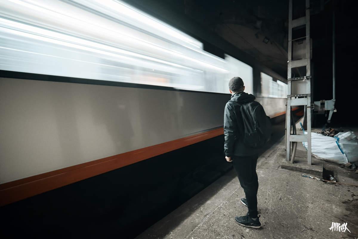 tren de renfe pasando cerca de una persona