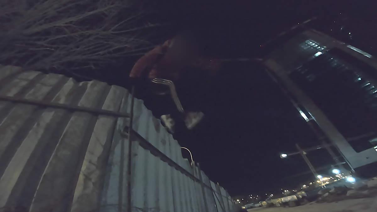 explorador urbano saltando valla en madrid