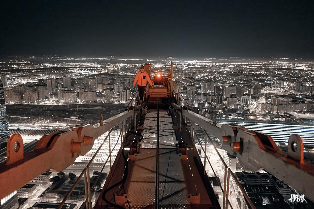 explorador urbano haciendo rooftopping en madrid