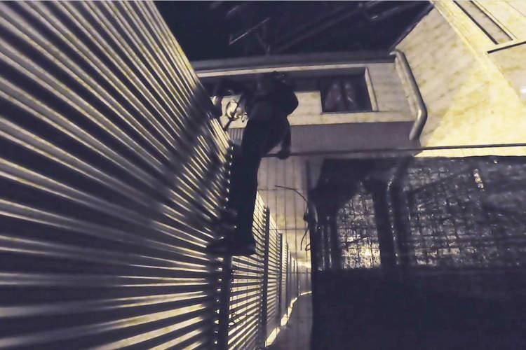 explorador urbano imix saltando valla