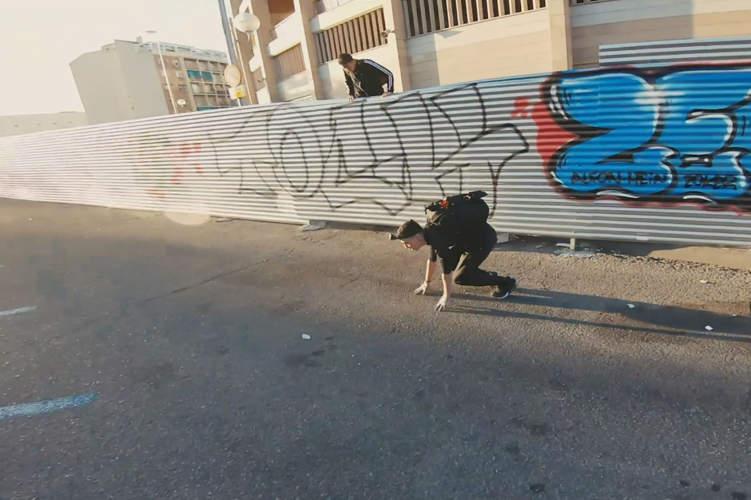 exploradores urbanos saltando valla