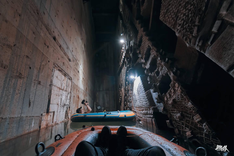 barcas en tuneladora abandonada