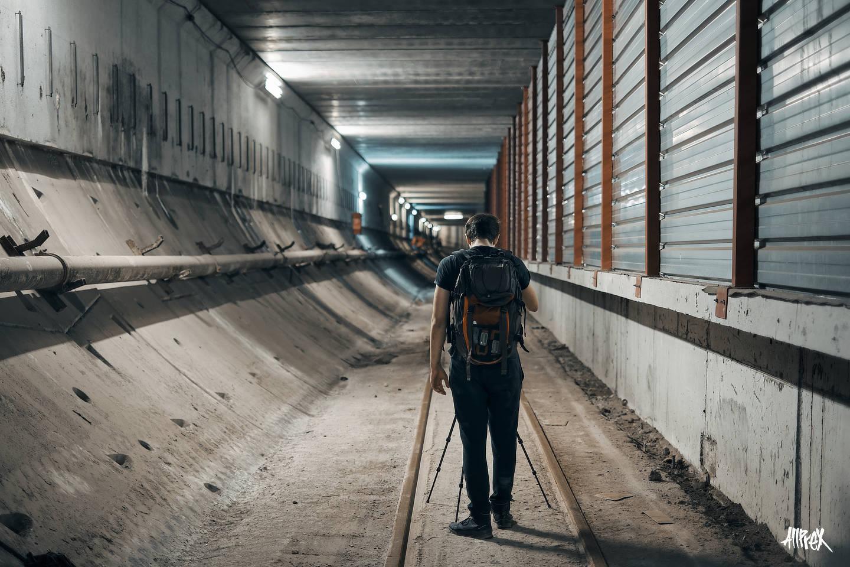 chico haciendo fotos en túnel abandonado
