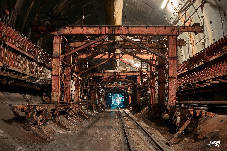 maquinaria abandonada en túnel de metro