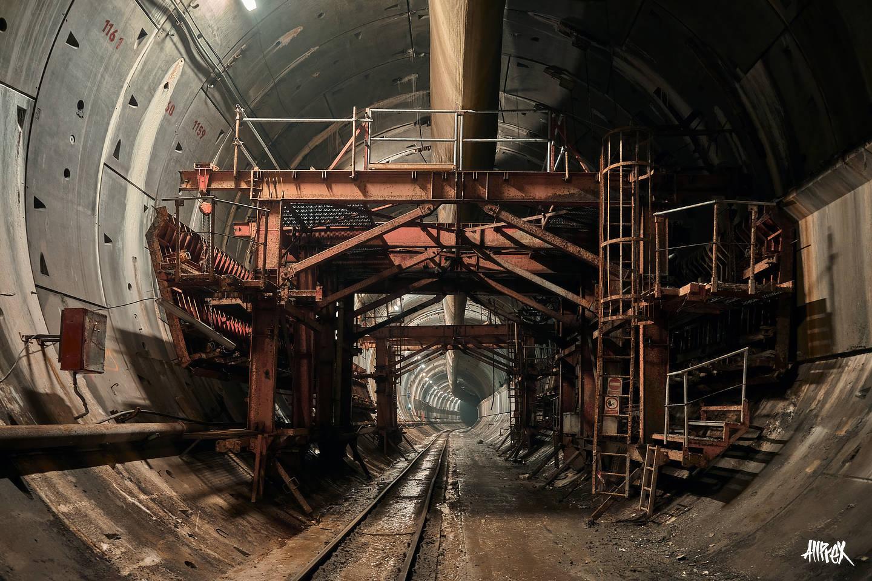 maquinaria en túnel de metro