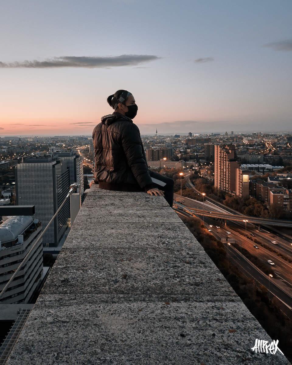 chico sentado en una azotea de Madrid