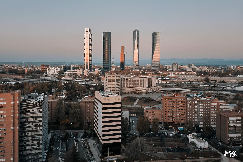 cuatro torres de Madrid al amanecer